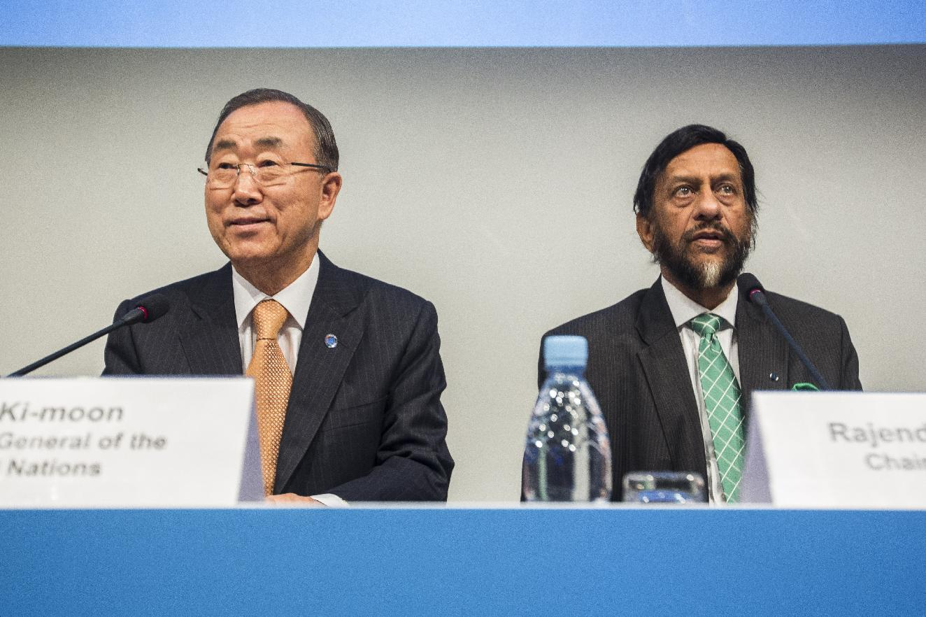 UN Secretary General Ban Ki-Moon (L) and Intergovernmental Panel on Climate Change (IPCC) Chairman Rajendra Pachauri present the AR5 Synthesis Report in Copenhagen, Denmark, on November 2, 2014 (AFP Photo/Niels Ahlmann Olesen)