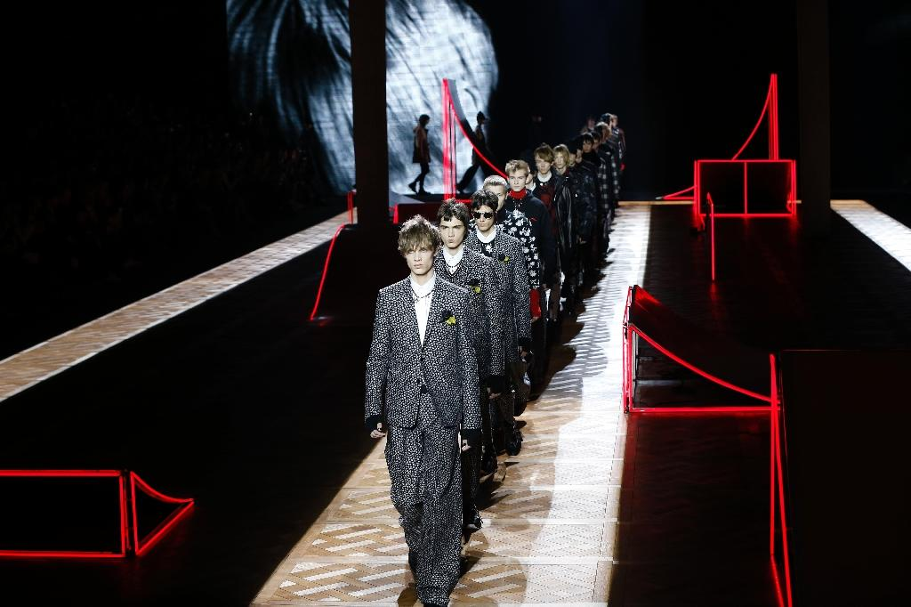 Models present creations for Dior during men's Fashion Week for the 2016-2017 Fall/Winter collection in Paris on January 23, 2016 (AFP Photo/Francois Guillot)