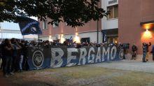500 tifosi in delirio sotto l'hotel dell'Atalanta, tra entusiasmo e assembramenti. E la Juve è da sola...