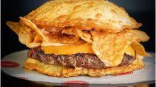 Restaurante faz sucesso ao lançar hambúrguer de pastel