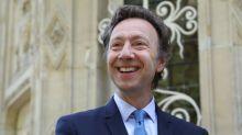 """Les profs d'Histoire agacés par """"un bouquin désuet"""" de Stéphane Bern"""