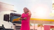 Conheça Afrodite, a caminhoneira transexual que roda o Brasil de salto alto, vestido e maquiagem