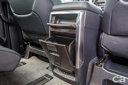 便利的大型置物櫃、可播放藍光影像的液晶電視,提供後座乘客各種便利機能與影音娛樂。