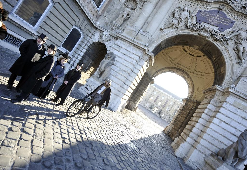 """Actors taking their places in a scene for Spanish movie """"Picasso's Gang"""", at the Lions' square of the Buda Palace in Budapest, in 2011 (AFP Photo/Attila Kisbenedek)"""