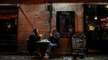 """""""Ce n'est pas un truc de résistance mais il faut travailler aussi"""" : certains bars à Paris restent ouverts malgré les restrictions"""