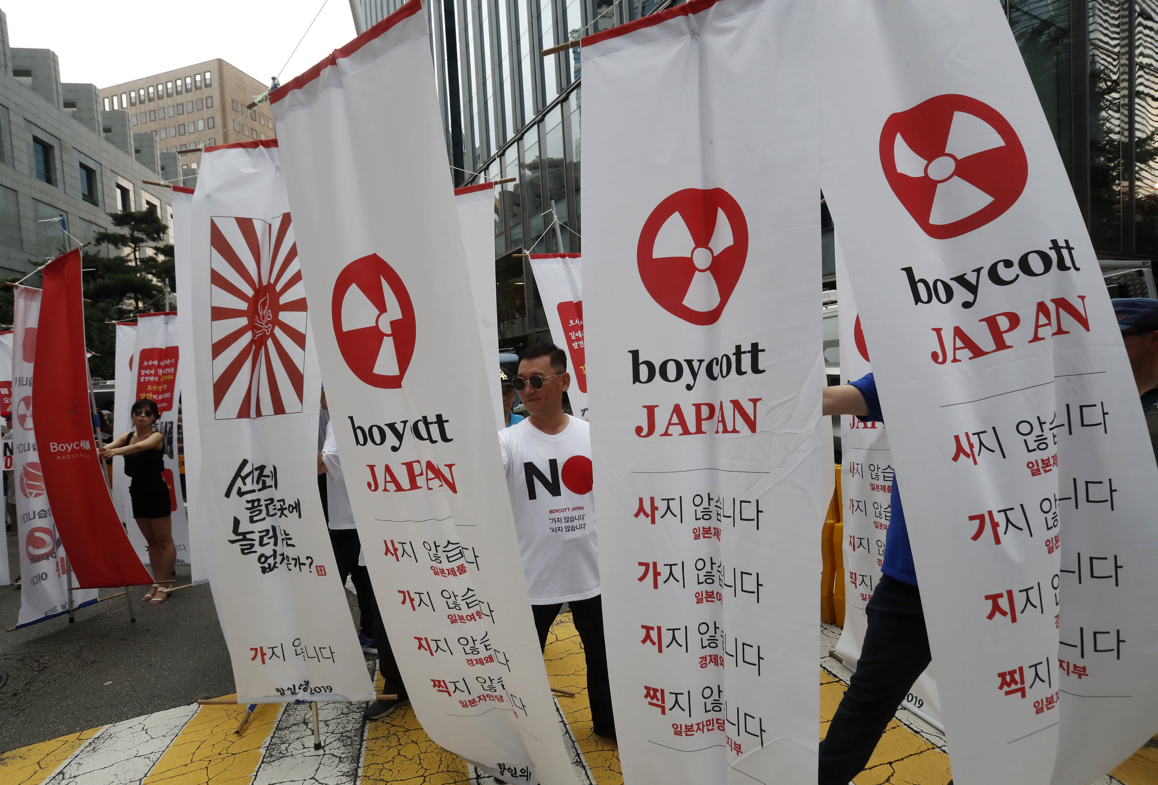 Thousands of South Koreans protest Japanese trade curbs