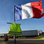 Paris government to rush through concessions for 'yellow vests'