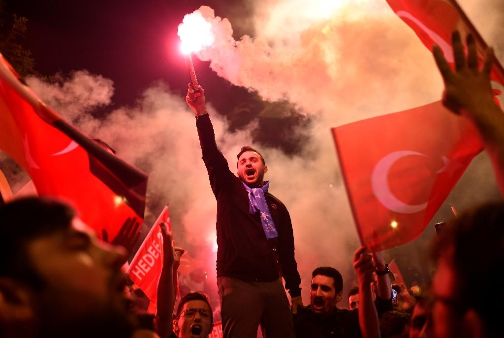Crowds gathered outside Turkey's ruling Justice and Development Party (AKP) headquarters after results show President Recep Tayyip Erdogan on course for victory (AFP Photo/GURCAN OZTURK)
