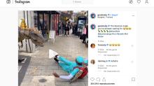 Un T-Rex aterroriza a los viandantes en Londres en una broma viral