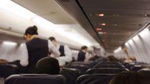 ¿Por qué la tripulación de cabina te da la bienvenida a bordo con las manos detrás de la espalda?