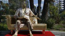 Aparece estatua de Harvey Weinstein previo a los Oscar