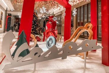 Vespa化身絕美打卡點!「Vespa聖誕禮物盒」在微風南山驚喜展出!