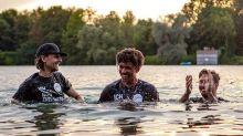 Bayern-Talent lässt sich im See taufen