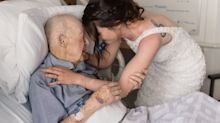 Elle a rendu visite à son grand-père le jour de son mariage accompagnée d'une photographe afin d'immortaliser le grand moment
