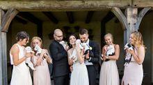 Casal troca buquê por cãezinhos resgatados em casamento