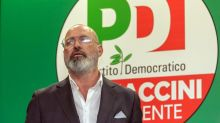 Stefano Bonaccini accolto con ovazione al comitato elettorale