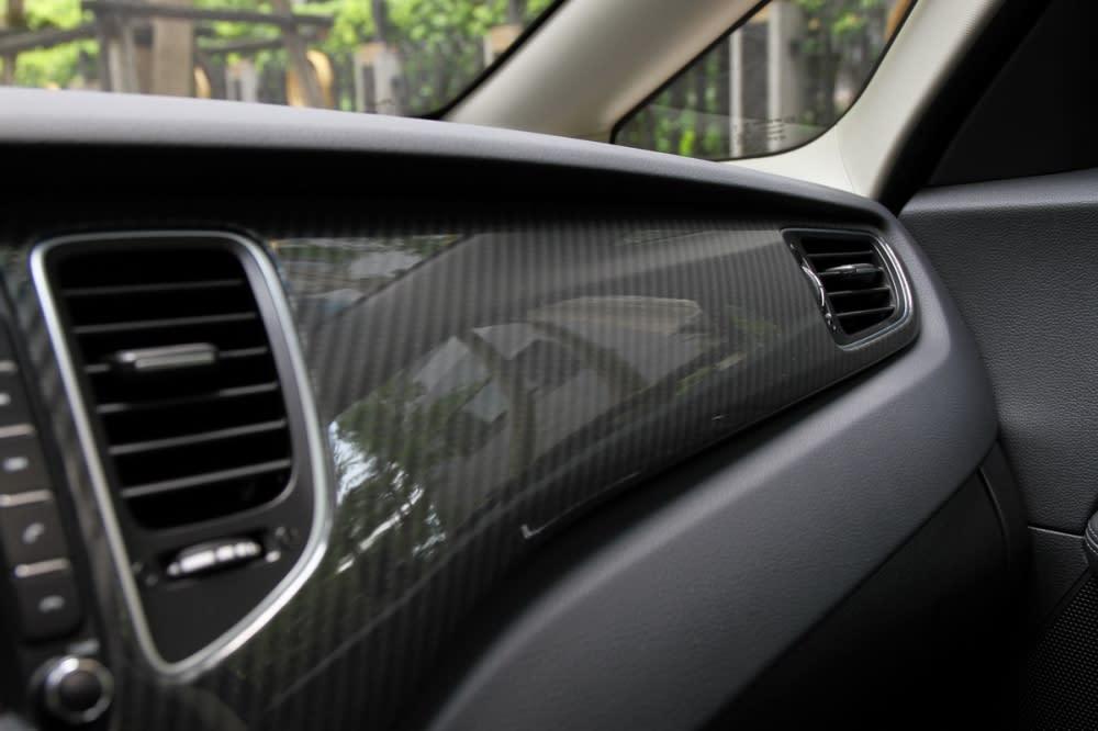 以現有車主市調並參考自過去曾推出的Carens CRDi極「現」運動版,小改款車型除了中控台有類碳纖維飾板,車門板也小有點綴