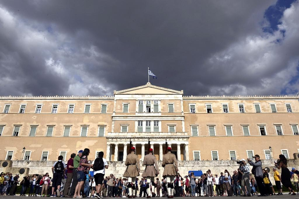 Evzoni presidental guards walk in front of the Greek parliament in Athens on June 8, 2015 (AFP Photo/Louisa Gouliamaki)
