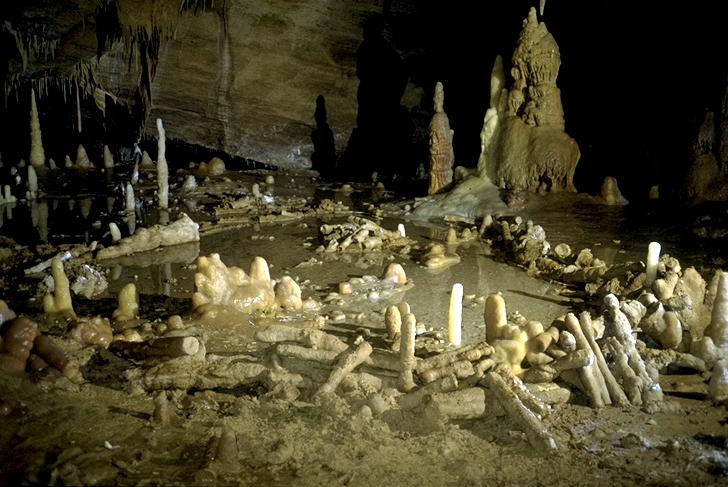 """A chamber containing """"Speleofacts"""" believed to have been built by Neanderthal man at the """"Grotte de Bruniquel"""" caves, in Bruniquel, Tarn-et-Garonne (AFP Photo/Michel Soulier)"""
