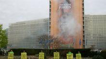 Greenpeace-Aktion mit riesigem Protestbanner an Gebäude von EU-Kommission