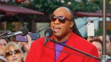 Stevie Wonder visits Aretha Franklin