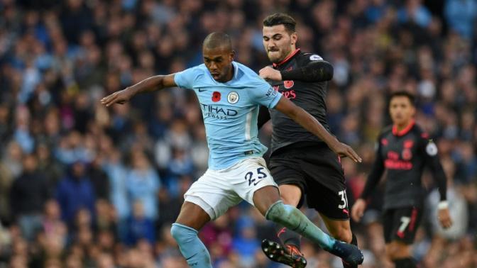 Man City midfielder Fernandinho signs contract extension to 2020