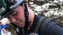 Es viral la emotiva foto de un bombero rescatando a un gatito de un incendio