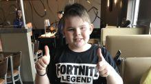 """Menino com autismo ainda teve o """"melhor dia de todos"""" depois que seus amigos não apareceram em sua festa de aniversário"""