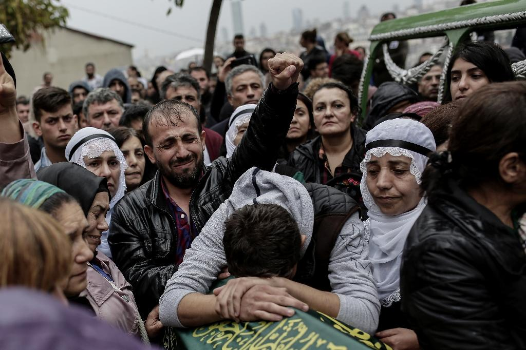 Turkish relatives mourn near the coffin of a victim of the twin bombings in Ankara, during the funeral in Istanbul, on October 11, 2015 (AFP Photo/Yasin Akgul)