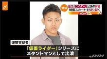 """Giappone, attore """"nervoso"""" taglia gonne a studentesse nella metro"""