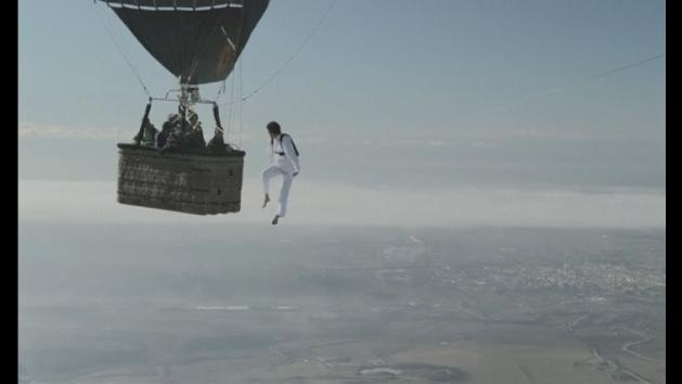 Daredevils tightrope walk between two hot air balloons
