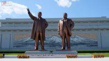 【平壤】萬壽臺大紀念碑廣場:朝鮮萬人敬仰的金日成金正日銅像