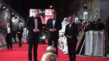 ¡Qué ternura! Mira a BB-8 haciendo una reverencia a los Príncipes William y Harry en el estreno de Star Wars