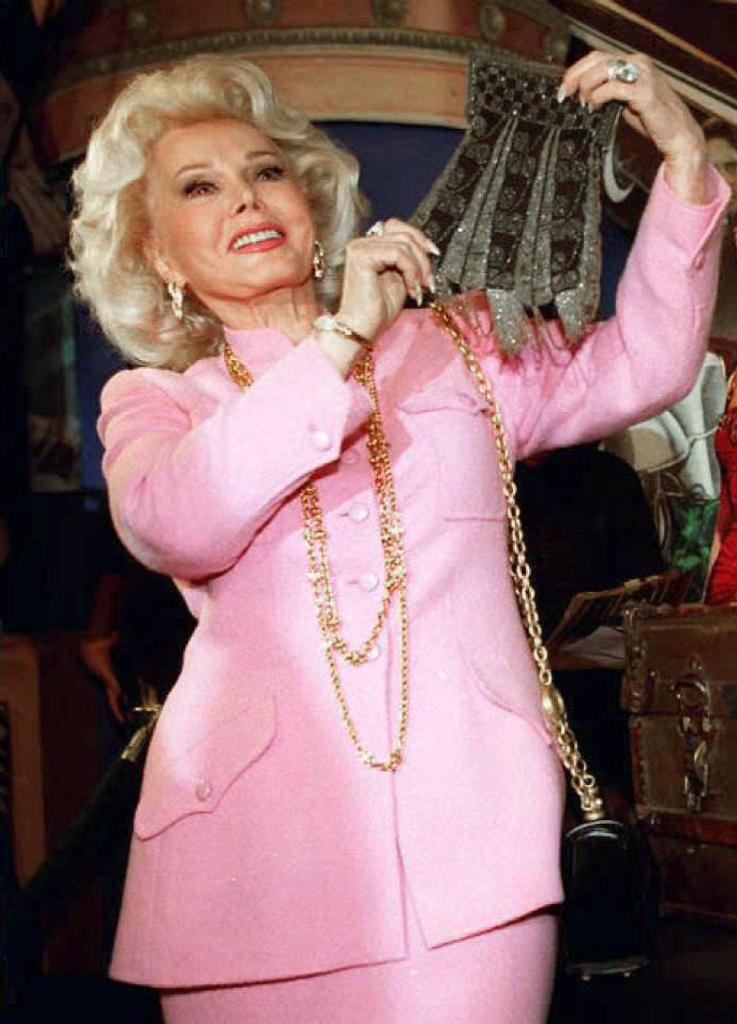 Actress Zsa Zsa Gabor holding a beaded purse removed from a 30-year-old trunk containing possessions of actress Marilyn Monroe at Planet Hollywood in Beverly Hills, California (AFP Photo/KIM KULISH)