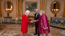 Queen ditches gloves day after wearing them for investitures