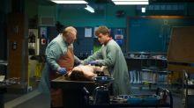 Feito para os fortes, 'A Autópsia' aterroriza com imagens macabras e trama sobrenatural