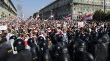 Zehntausende in Minsk trotzen Truppenaufmarsch