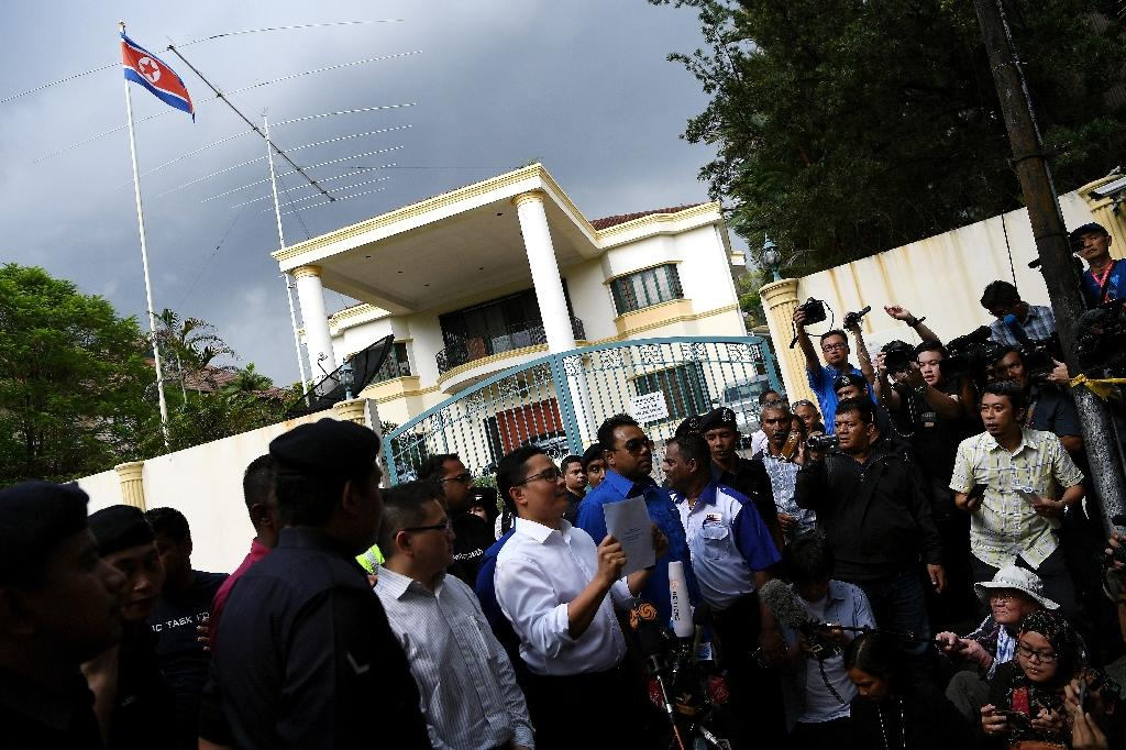 """United Malays National Organization (UMNO) Youth activists protest against Pyongyang's """"impermissible attitude and rudeness"""" and urging the North to """"reconsider its aggresive approach"""" outside the North Korean Embassy in Kuala Lumpur (AFP Photo/MANAN VATSYAYANA)"""