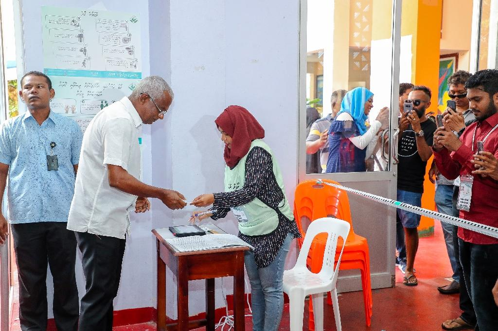 Official results showed opposition Maldives candidate Ibrahim Mohamed Solih (2L)as the clear winner with 58.3 percent, the biggest margin of victory in any election since the advent of democracy in 2008 (AFP Photo/Ahmed SHURAU)