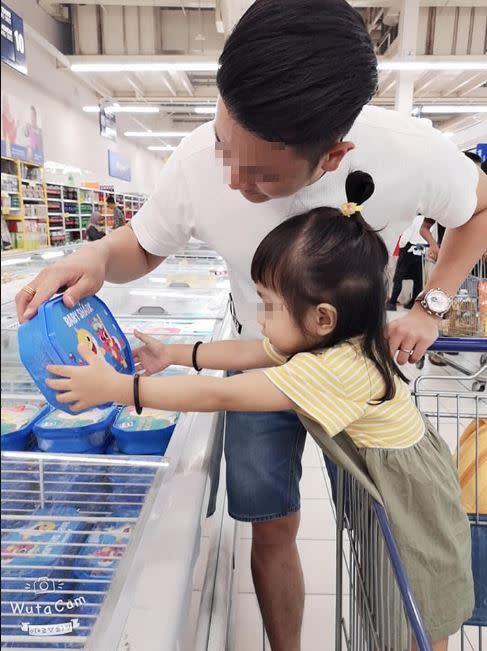 陳女雖幸運地被逃出,但她透露當她逃出後看到3歲女兒在車內哭喊:「媽咪救我」自己卻無力救援。(圖/翻攝自臉書)