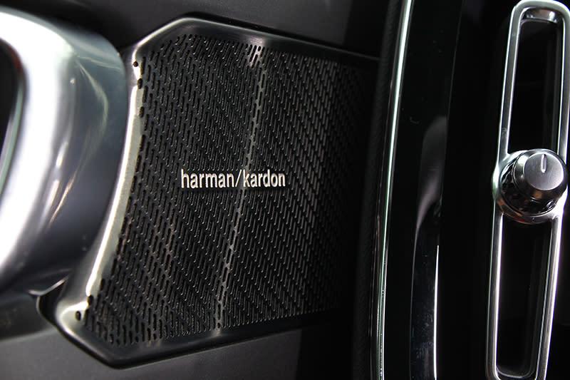 試駕車還選配頂級T5 R-Design的Harman/Kardon多媒體音響系統,搭配Dirac Unison音質技術以及Quantum Logic 3D Surround立體環繞技術,提供夠水準的聽覺饗宴。
