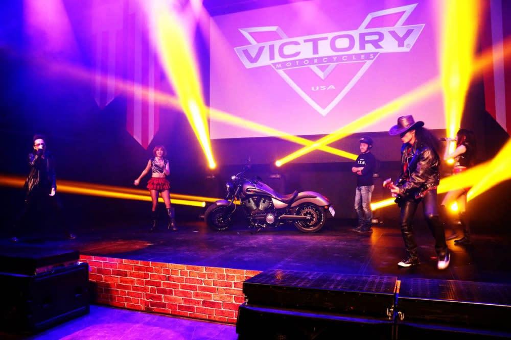 勝利Victory與印地安Indian台灣區總代理海德生於4日於台北信義區ATT 4 Fun – ShowBox以強烈的美式風格舉辦了別開生面地「2015 Victory與Indian雙品牌美式重機新車發表會」。