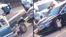 Con dos años, imita a su padre, y se 'entrega' a la policía con los brazos en alto
