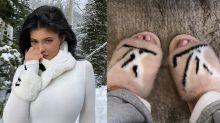 Kylie Jenner é criticada por usar chinelos feitos de pele animal