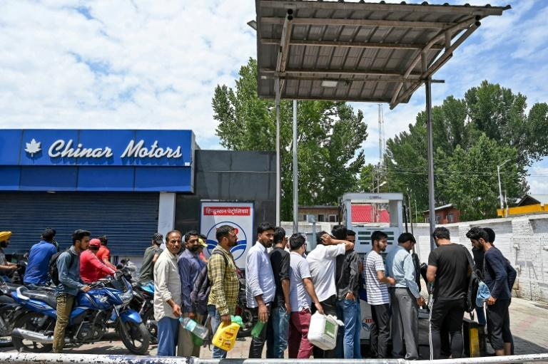Kashmiri residents, concerned by a security warning, formed long lines outside petrol stations, food stores and bank cash machines (AFP Photo/Tauseef MUSTAFA)