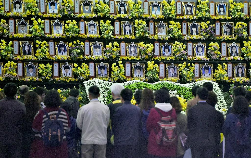 South Korean mourners pay tribute at a memorial for the victims of the sunken Sewol ferry in Ansan, on April 16, 2015 (AFP Photo/Jung Yeon-Je)