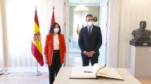 El llamativo saludo de Sánchez a Ayuso y Aguado: ya no da codazo