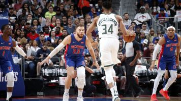 Giannis drops 41 points as Bucks sweep Pistons