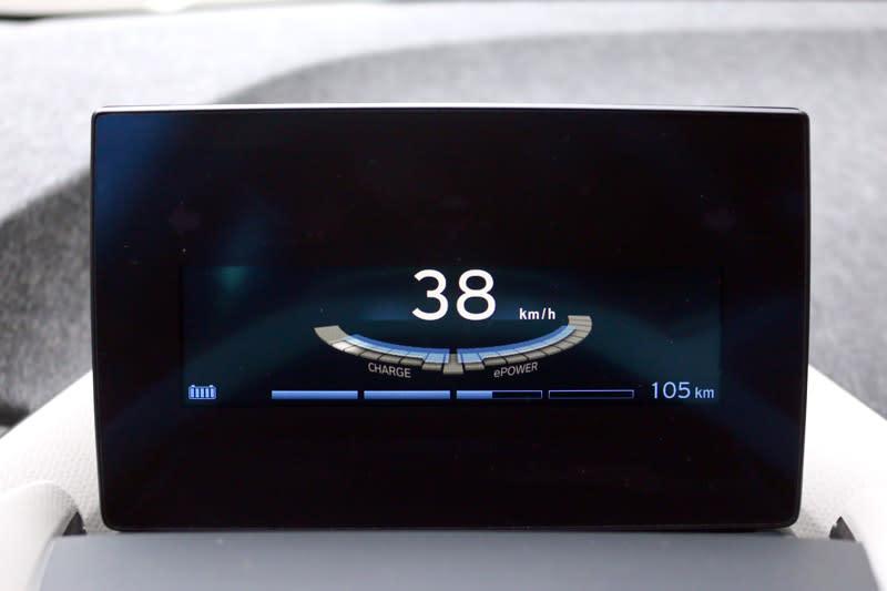 當將油門鬆開後,動能回收系統就會啟動將動能轉換成電能為電池充電,所以減速感會比燃油車明顯許多。
