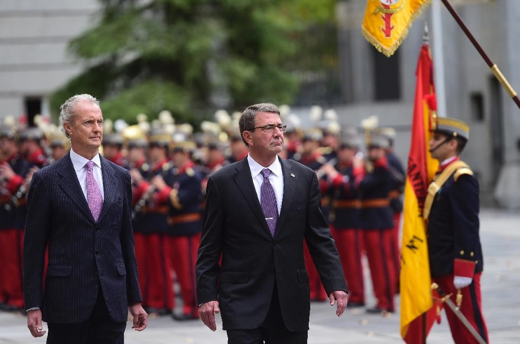 Spanish Defence Minister Pedro Morenes and US Defence Secretary Ashton Carter (right) review troops in Madrid on October 5, 2015 (AFP Photo/Pierre-Philippe Marcou)